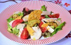 Зеленый салат с кабачками и авокадо