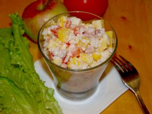Салат с манго и копченой курицей