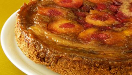 Пирог-перевертыш с персиками, малиной и бананами (2)