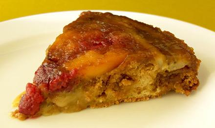 Пирог-перевертыш с персиками, малиной и бананами