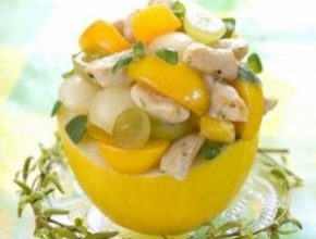 Тропический салат из курятины и манго