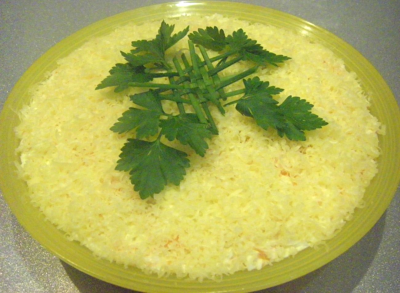 Салат из плавленного сырка и чесноком