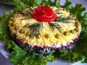 sloenyj-salat-taliya-s-kuricej-gribami
