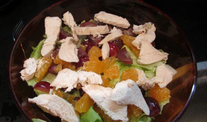 Пестрый салат с курицей и мандаринами