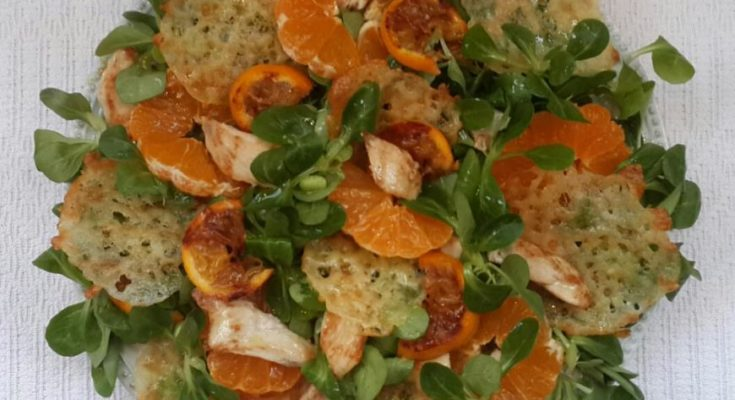 Салат с курицей, мандаринами и сырными чипсами