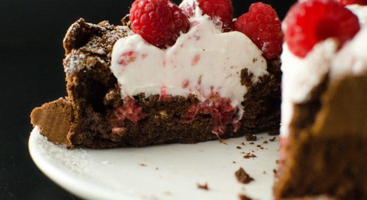 Шоколадный торт с малиной и трюфелями