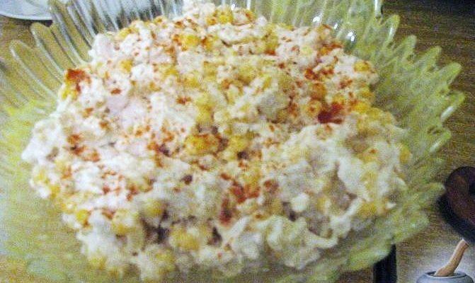 Салат с курицей, ананасом и яйцами
