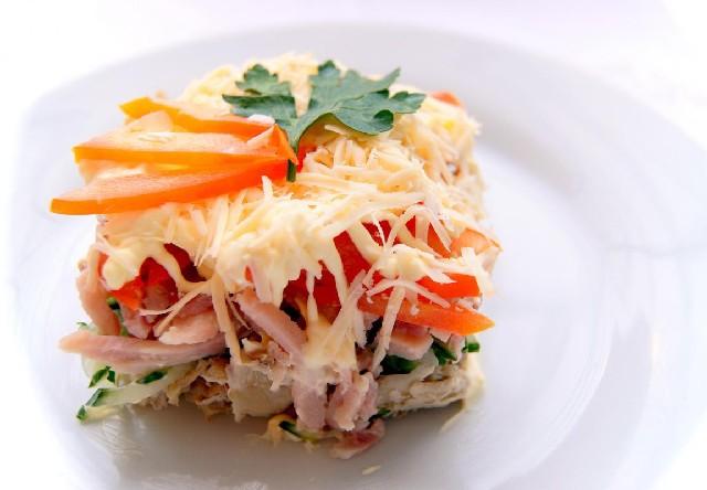 Салат с сыром ветчиной курицей