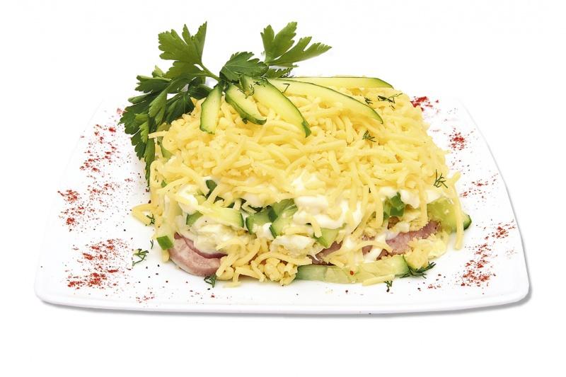 Салат с огурцом и ветчиной и сыром слоеный