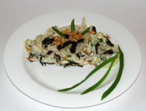 Салат из капусты с курицей и черносливом