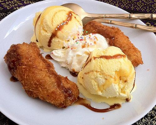 Жареные бананы в кляре с мороженым, красной смородиной и мятой