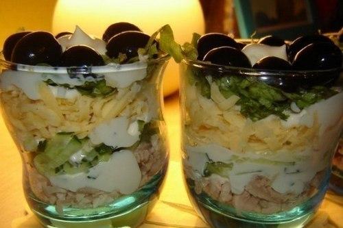 Салат из курицы с сыром и маслинами