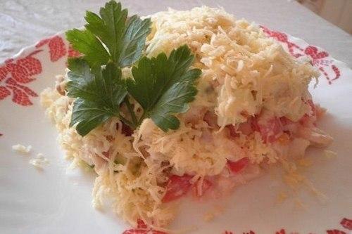 Салат с овощами, сухариками и куриным филе