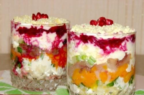 Слоеный салат «Новогодний» со скумбрией