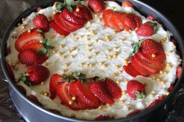 Торт «Халва и клубника» без выпечки