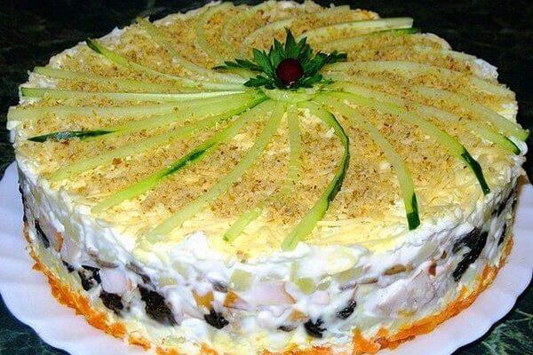 Безумно вкусный слоеный закусочный торт с копчёной курицей, черносливом и шампиньонами