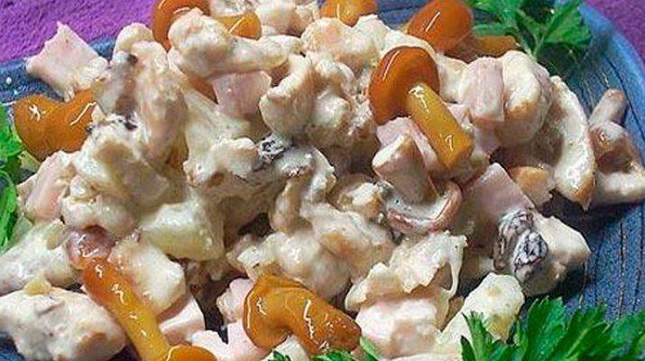 Вкусный салат из грибов и куриного филе