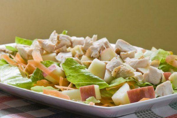 Легкий куриный салат с яблоками