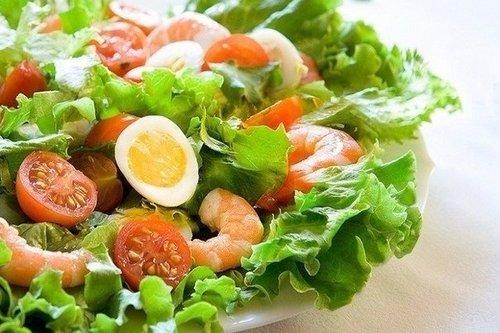 Салат с креветками и перепелиным яйцом