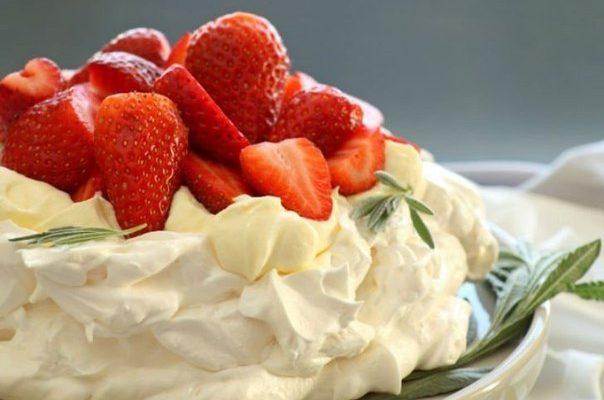 Торт «Павлова» со взбитыми сливками и фруктами