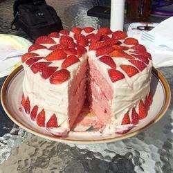 Торт с клубникой, взбитыми сливками и сливочным кремом