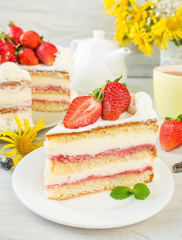 klubnichnyi-tort-s-dvumya-kremami