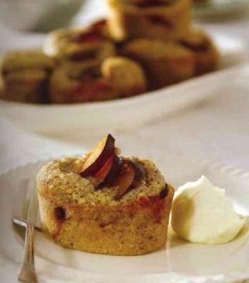 Ореховые маффины со сливами