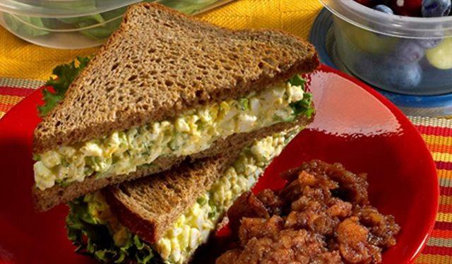 Легкий сэндвич с яичным салатом на завтрак