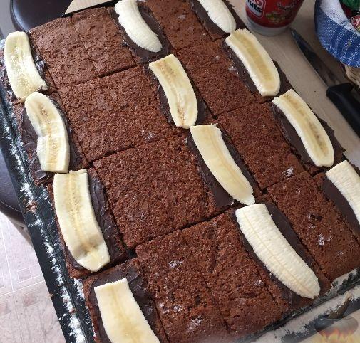 Далее разрезать корж на прямоугольные пирожные.