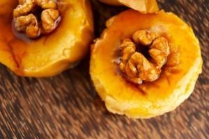 Готовим печеные яблоки с карамелью и орехами