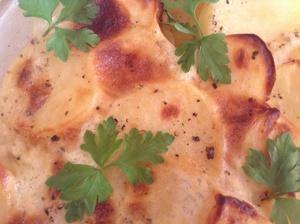Золотистый запеченый картофель с молоком и чесноком