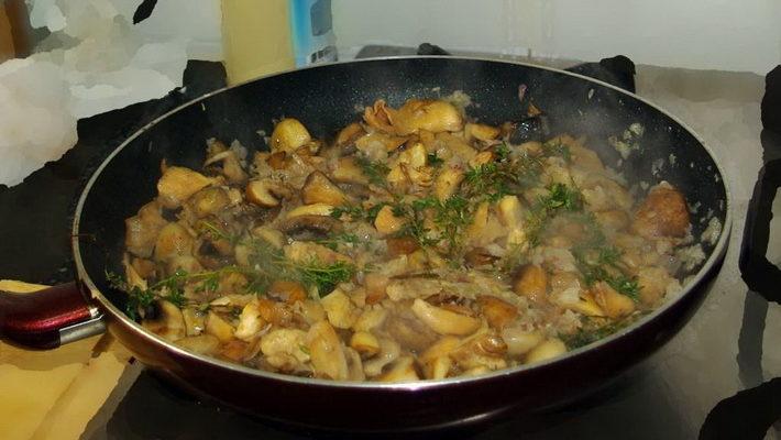 Диетическое блюдо- картошка, грибы, сметана! Ну очень вкусно и быстро!