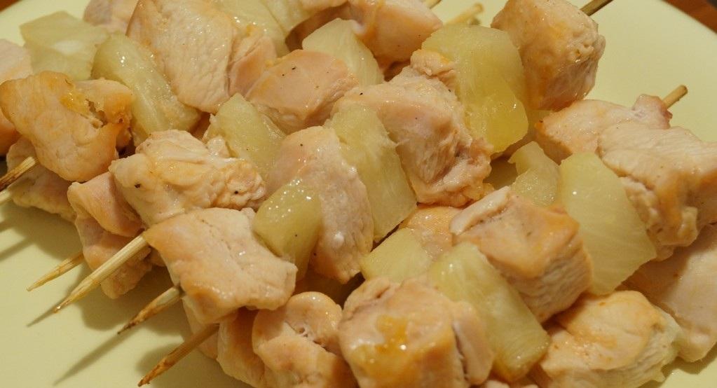 Курица с ананасами на шпажках