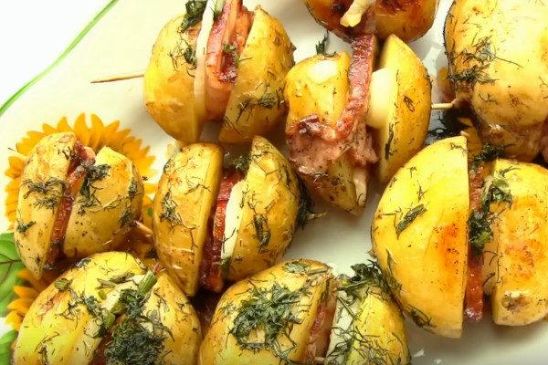 Запеченная картошка в духовке - домашний рецепт