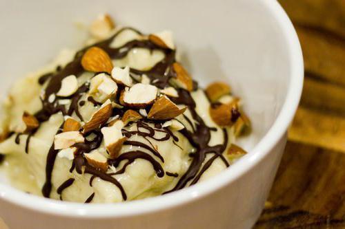 Молочно-банановое мороженое Если вы воспринимаете мороженое исключительно как молочный десерт, то можно приготовить мороженое из банана и молока. Берете полстакана сахара, лучше коричневого. Высыпаете его в сотейник, добавляете 2 столовые ложки крахмала и щепотку соли. Вливаете 2 стакана нежирного молока, перемешиваете, доводите до кипения и буквально минуту варите на среднем огне. Обязательно помешивайте. Затем снимите смесь с огня, добавьте пару чайных ложек ванили и еще раз перемешайте. Половину этой смеси залейте в блендер, добавьте туда два разрезанных на кусочки банана и перемешайте до однородной массы. После этого введите остальную часть молочной смеси и заморозьте получившуюся массу. - Читайте подробнее на FB.ru: http://aikido-mariel.ru/article/169531/morojenoe-iz-banana-retsept-prigotovleniya-kak-sdelat-morojenoe-iz-banana