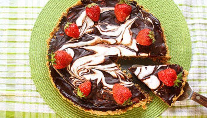 Шоколадный тарт с клубникой