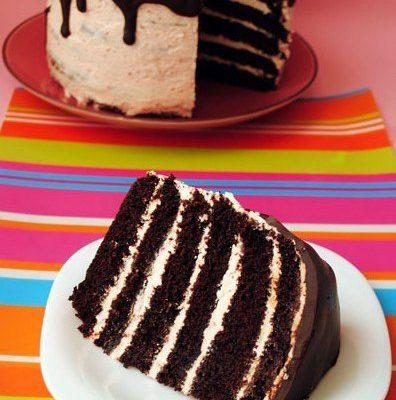 Шоколадный торт с меренговым клубничным кремом и шоколадной глазурью