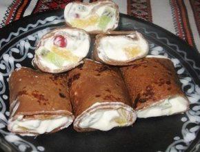 Шоколадные блины со взбитыми сливками и фруктами