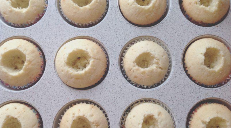 Капкейки со сливочно-сырным кремом с черникой