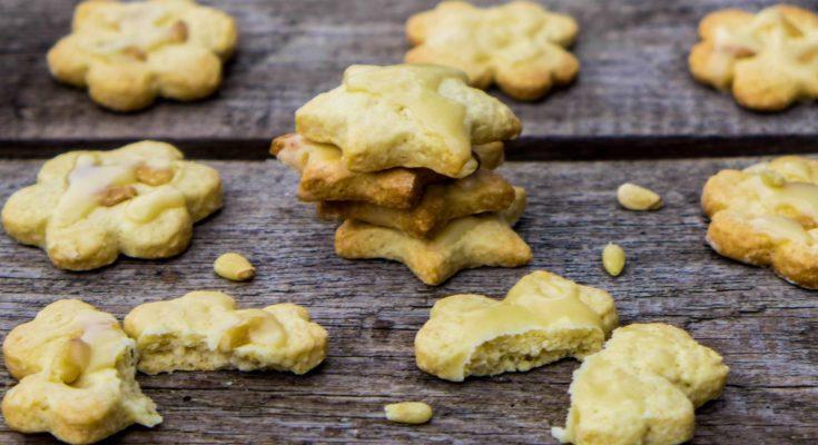 Нежное песочное печенье с кедровыми орешками