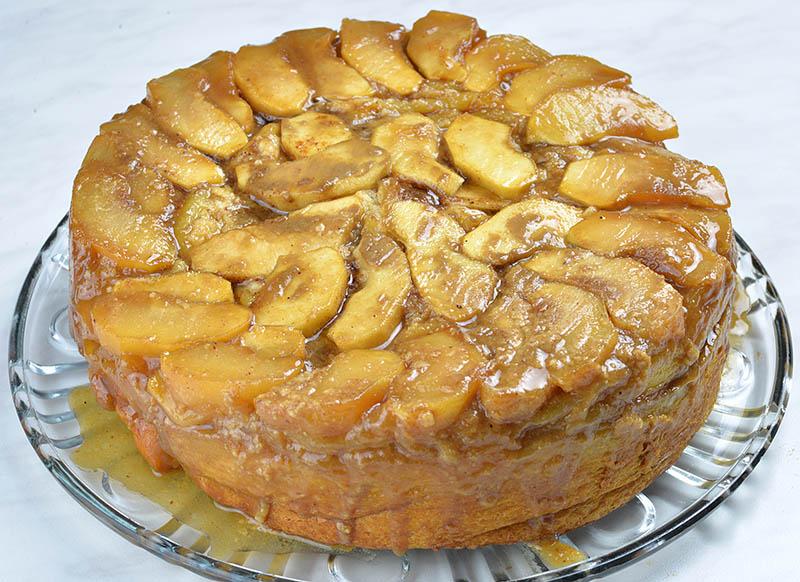 Перевернутый яблочный пирог с корицей