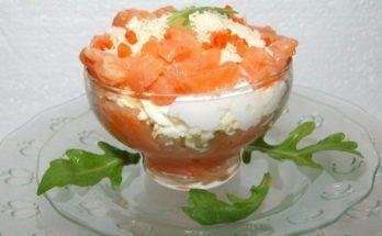 Слоеный салат-коктейль с семгой