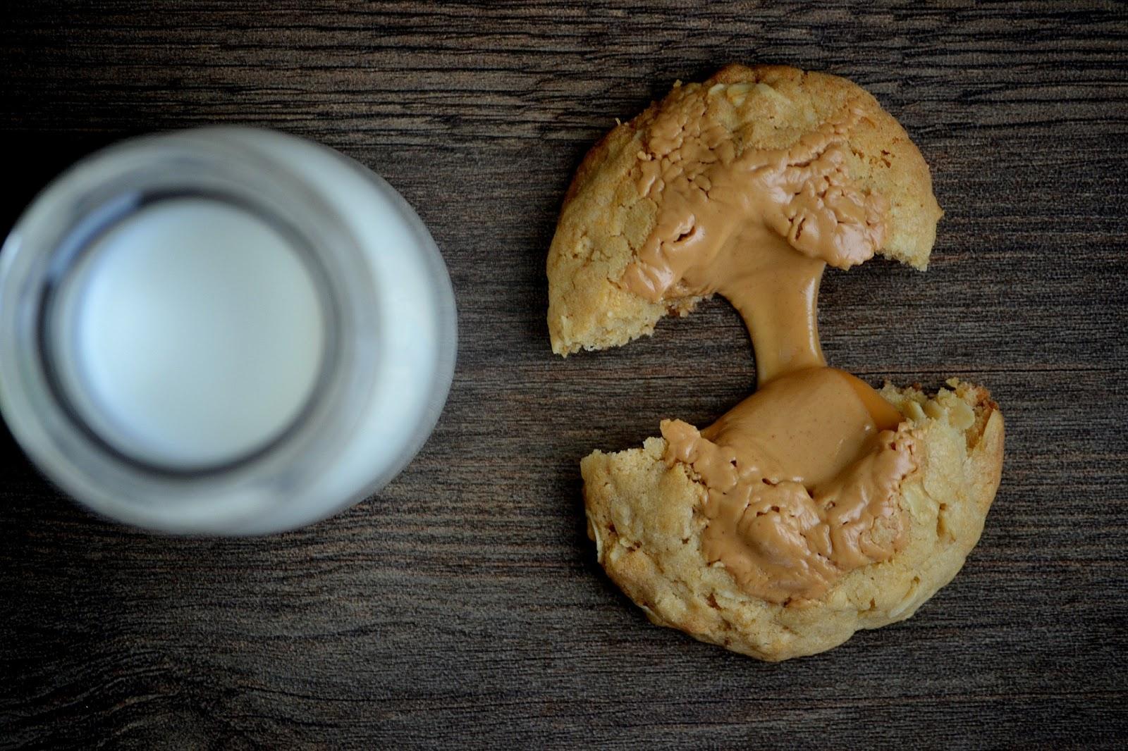 Коричневое овсяное печенье с карамелью и арахисовым маслом