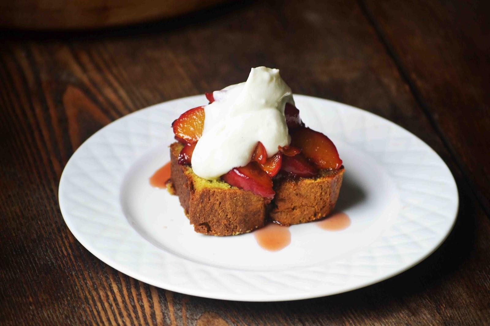 Торт с карамельными персиками и взбитыми сливками