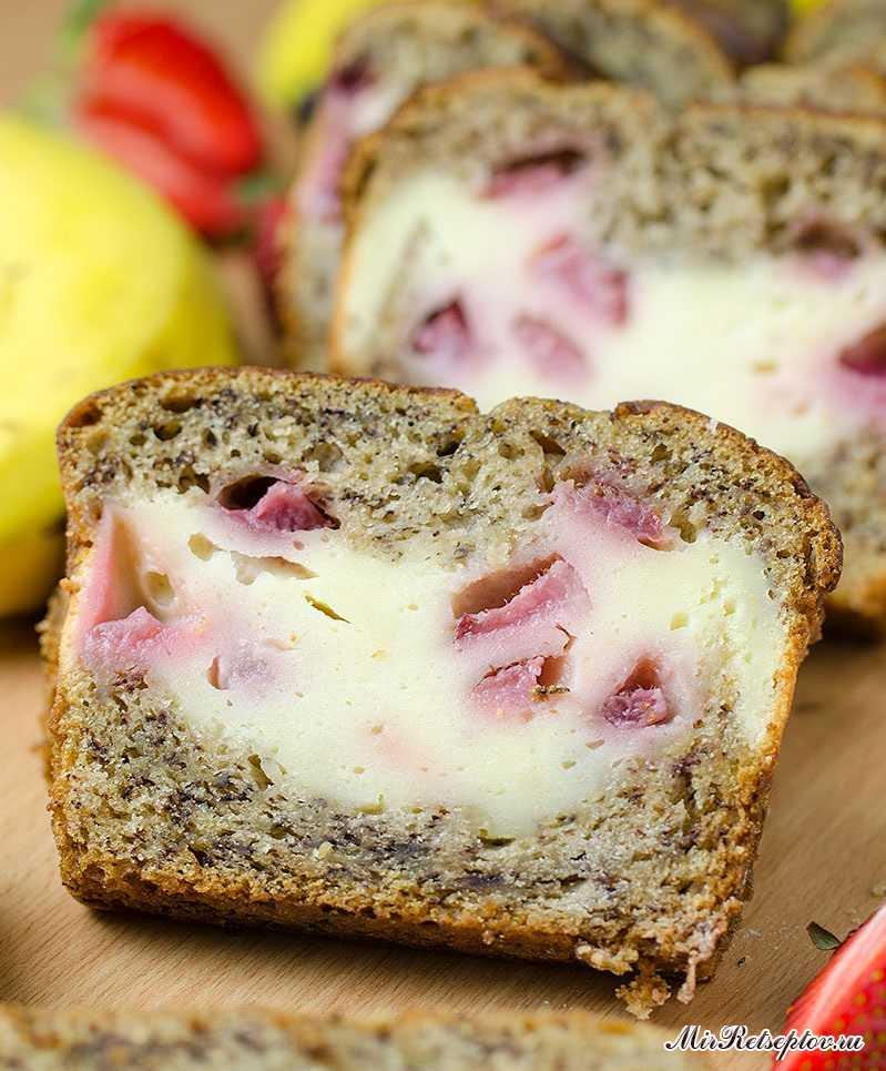 Банановый хлеб, наполненный кремом-чиз с клубникой и сливками