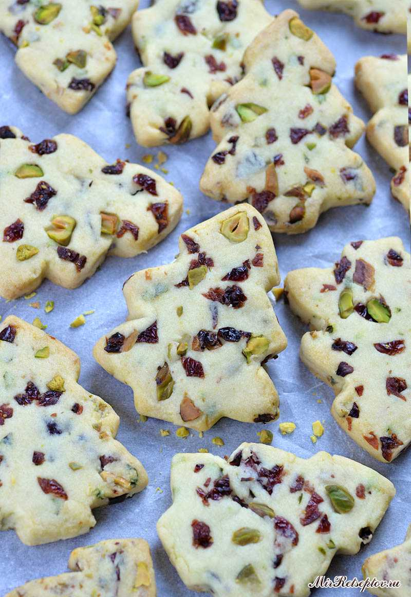 Рождественские песочные печенья c клюквой и фисташками