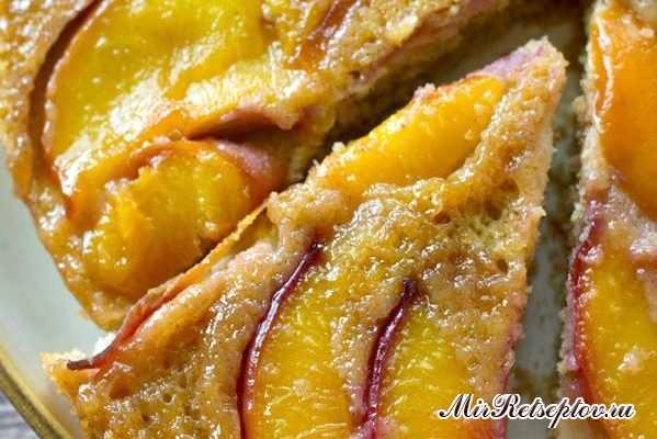 Летний персиковый перевернутый пирог