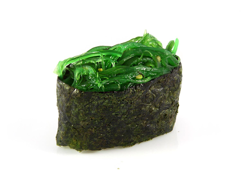 Гункан с салатом Чука и ореховым соусом