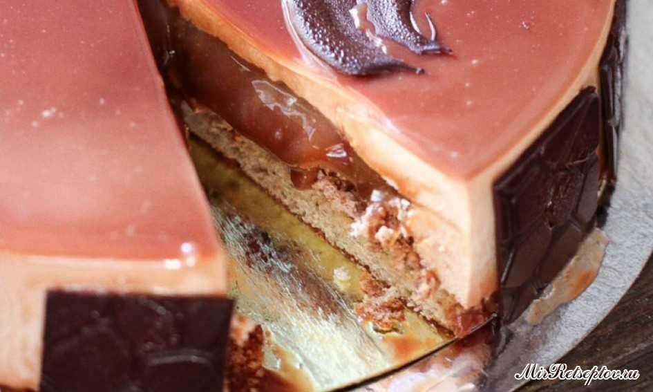 Рецепт торта с шоколадным муссом и мягкой карамелью