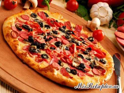 Пицца изначально была пищей бедняков. Она состояла из сыра, деликатесной и недешёвой, по нашим временам, «Моцареллы»
